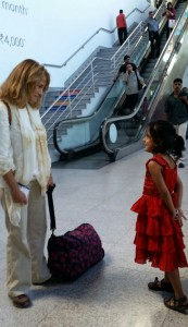 sep16-jammu-donna-at-airport-with-little-girl