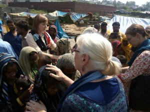 sep16-jammu-team-praying-over-people-at-slum